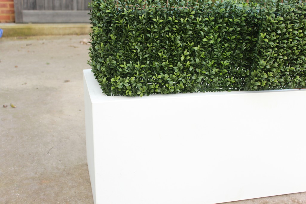 ARtificial Hedging in a White Planter